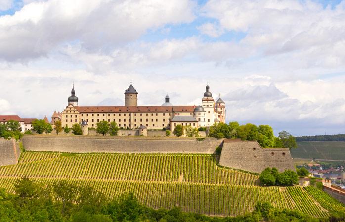 A linda vista da Festung Marienberg, rodeada por vinhedos