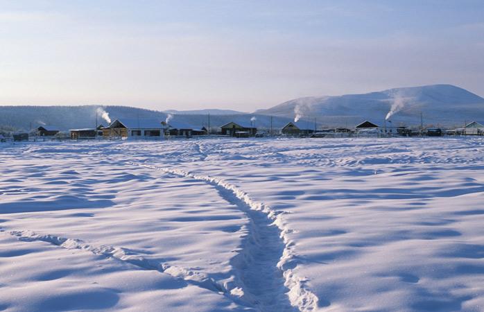 A bela e fria paisagem de Oymyakon em janeiro