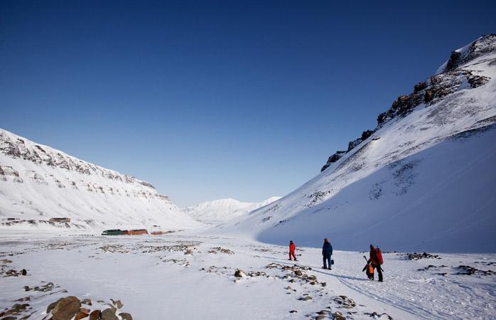 Cuidado com os ursos polares enquanto caminha pela vastidão gelada de Longyearbyen