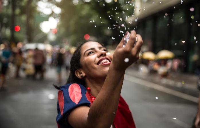 Moça fantasiada aproveitando o carnaval do Rio
