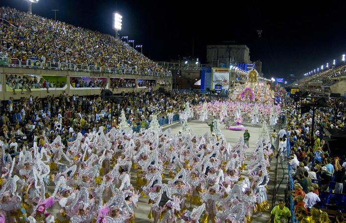 Desfile de escola de samba no Rio. Foto: Getty Images / Sergio Fonseca